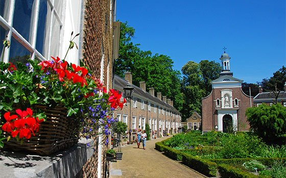 41837_fullimage_Beguinage of Breda some flowers an the church_560x350