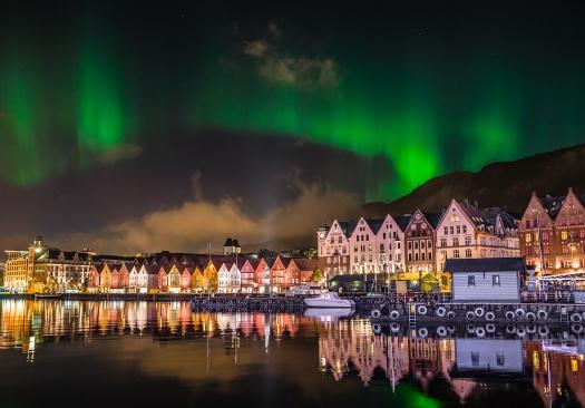 2013-10-14-225545-Nordlys-over-Bryggen-i-Bergen-Gunnar-Kopperud-1624x1134-pixler.jpg